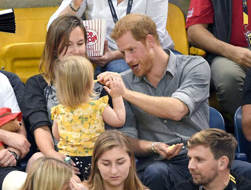 Toddler Keeps Stealing Prince Harry's Popcorn Until He Finally Notices, And His Reaction Says It All зурган илэрцүүд