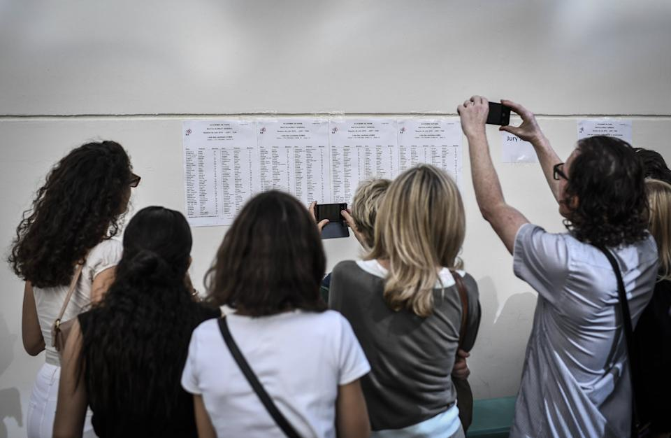 Des étudiants devant les résultats du bac. (photo d'illustration) - STEPHANE DE SAKUTIN / AFP