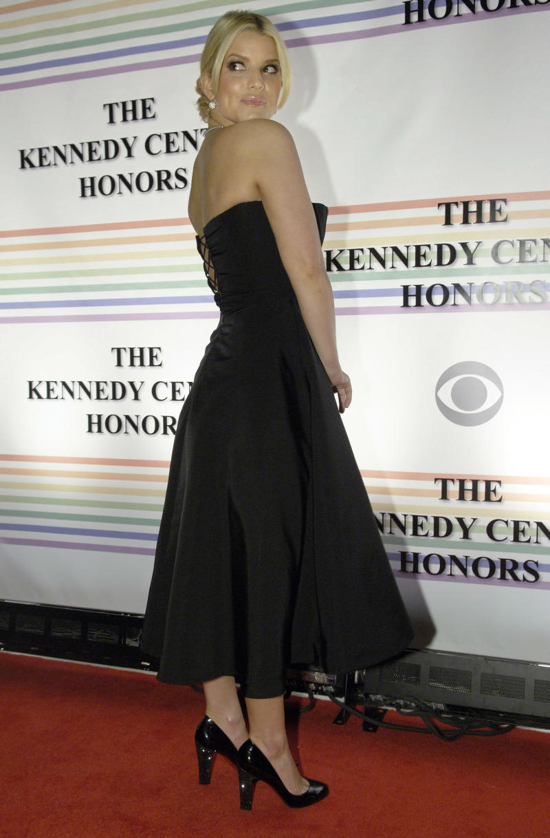 Singer Jessica Simpson arrives for the Kennedy Center Honors ceremony in Washington December 3, 2006. The 2006 honorees are composer Andrew Lloyd Webber, conductor Zubin Mehta, singer Dolly Parton, singer Smokey Robinson and film director Steven Spielberg. REUTERS/Jonathan Ernst (UNITED STATES)