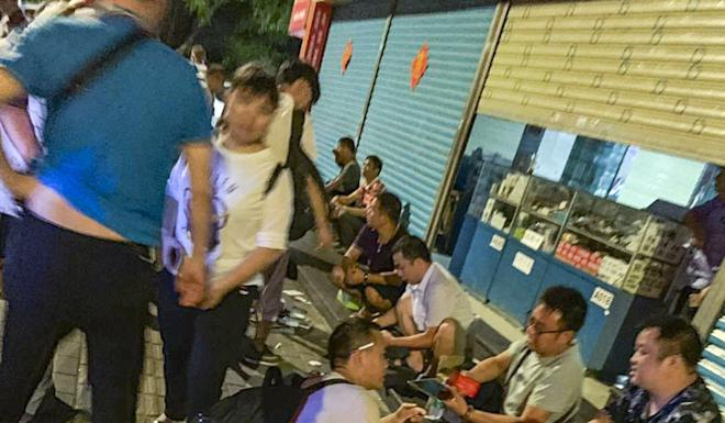 Vendors and purchasers are arguing and bargaining the prices. Photo: SCMP