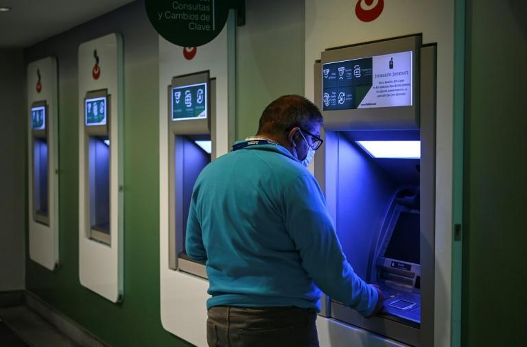 """Jose Grasso Vecchio, president of Venezuela's largest private bank, Banesco, said the new, lower, denominations would make the work of banks """"easier, faster."""" (AFP/Yuri CORTEZ)"""