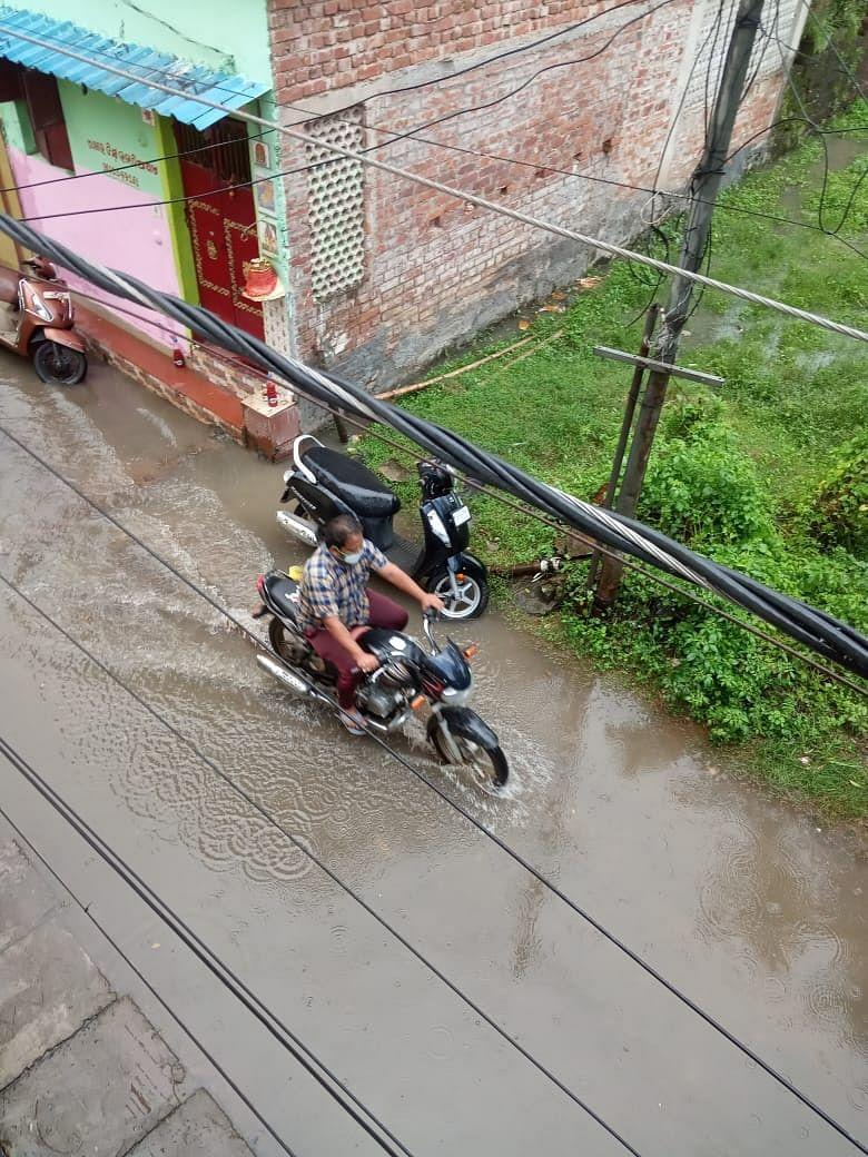 """<div class=""""paragraphs""""><p>Waterlogged roads makes commuting difficult.</p></div>"""