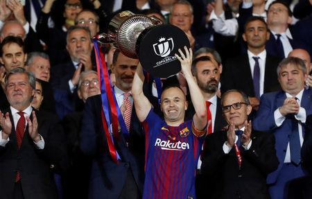 Soccer Football - Spanish King's Cup Final - FC Barcelona v Sevilla - Wanda Metropolitano, Madrid, Spain - April 21, 2018 Barcelona's Andres Iniesta celebrates by lifting the trophy after the match as the King of Spain Felipe VI applauds REUTERS/Juan Medina
