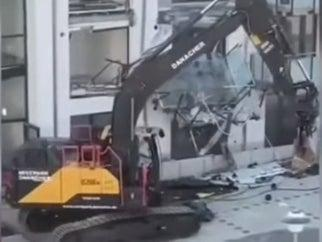 A man has destroyed a new appartment build with a digger (NonstopNews / Schwarzwaelder Bote)