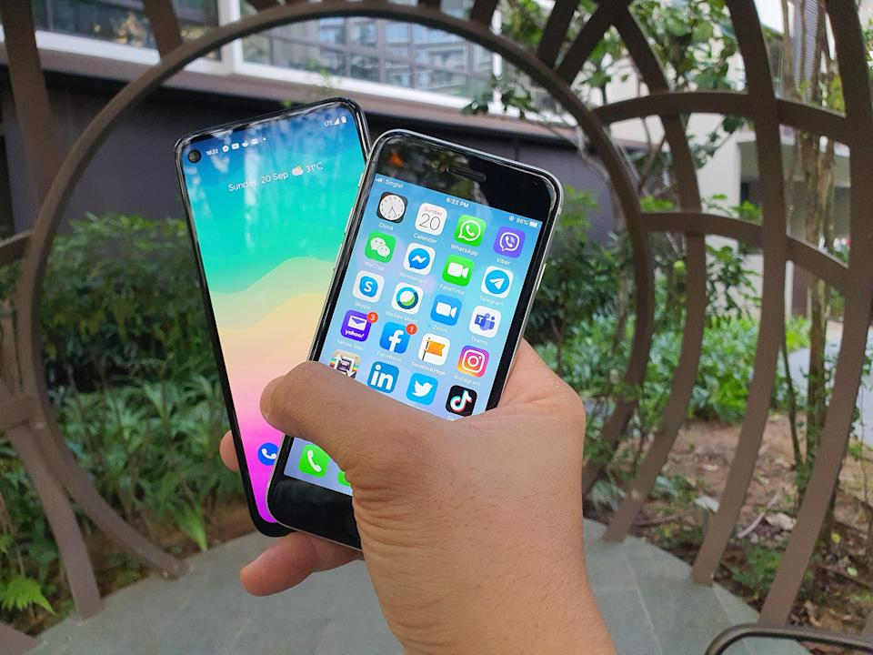 Google Pixel 4a and Apple iPhone SE. (PHOTO: Paolo Lacuna/Yahoo Lifestyle SEA)