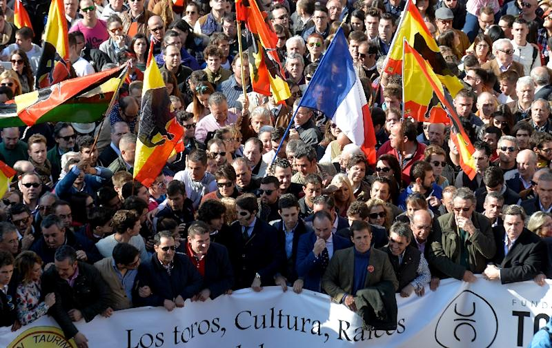 Pro-bullfighting supporters wave flags as they demonstrate during the Fallas Festival in Valencia, on March 13, 2016 (AFP Photo/Jose Jordan)