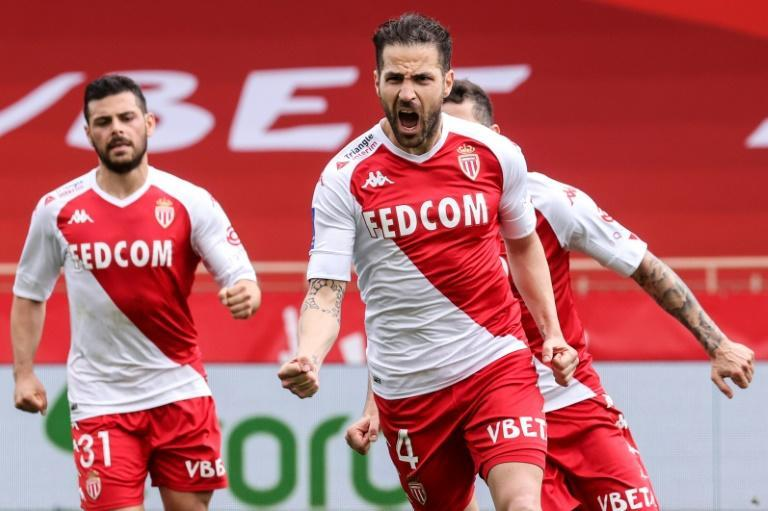 Cesc Fabregas scored the opening goal from the spot as Monaco beat Metz 4-0 to stay in the Ligue 1 title running