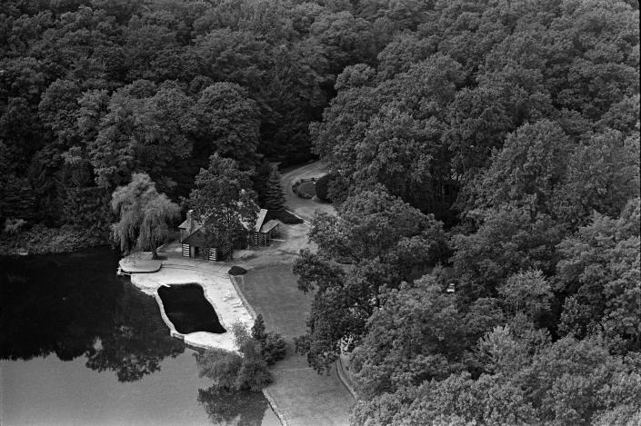 An aerial view of the Bronfman estate in Yorktown Heights, N.Y., home of Edgar Bronfman, patriarch of the family and chairman of the Seagram Company, on Aug. 11, 1975. (Neal Boenzi/The New York Times)