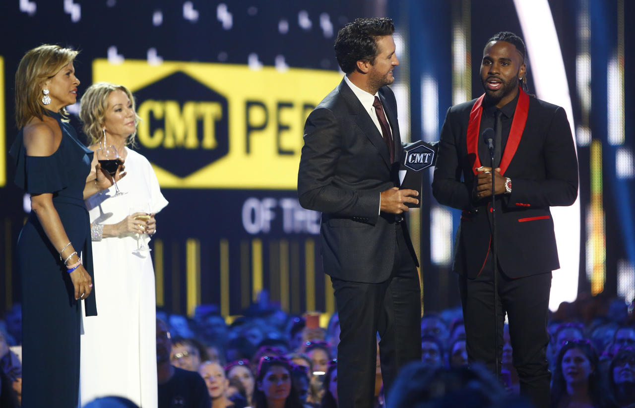 "Luke Bryan, second right, and Jason Derulo, right, accept the award for CMT performance of the year for ""Want To Want Me"" as presenters Hoda Kotb, left, and Kathie Lee Gifford look on, at the CMT Music Awards at Music City Center on Wednesday, June 7, 2017, in Nashville, Tenn. (Photo by Wade Payne/Invision/AP)"