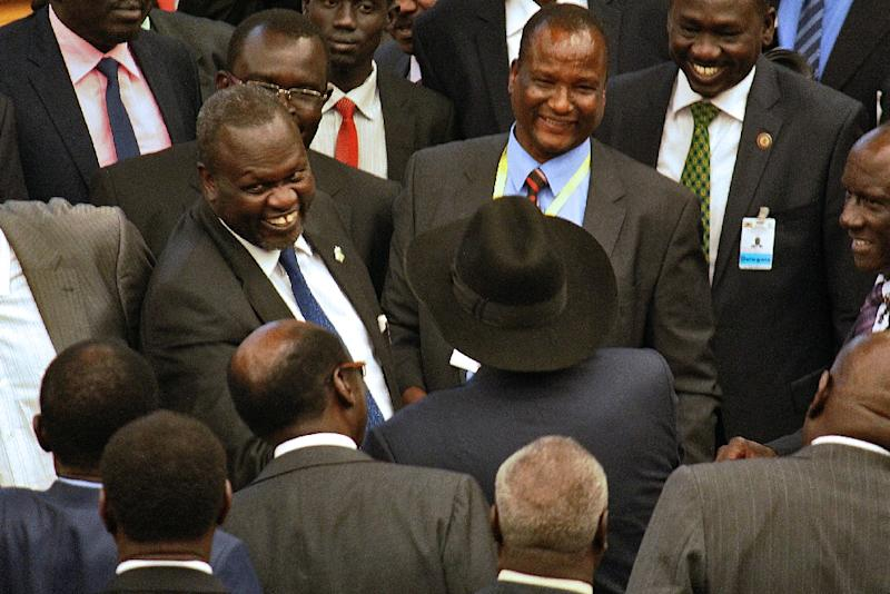 Rebel chief Riek Machar (L) and South Sudan's President (C) attend peace deal talks in Addis Ababa on August 17, 2015 (AFP Photo/)