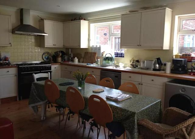 <p>And here's the kitchen and eating area where you and your friends can enjoy a family-style meal.<br>(Airbnb) </p>