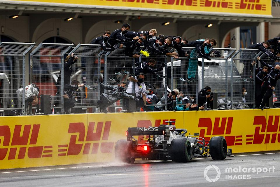 """Lewis Hamilton, Mercedes F1 W11, 1st position, takes victory to secure his seventh drivers title as the Mercedes team cheer from the pit wall<span class=""""copyright"""">Andy Hone / Motorsport Images</span>"""