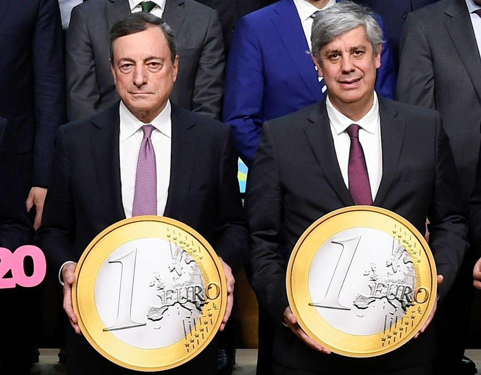 Deflation risk: President of the ECB Mario Draghi and Portuguese Finance Minister and president of Eurogroup Mario Centeno pose for a photo marking the twentieth anniversary of the Euro. Photo: JOHN THYS/AFP/Getty Images.