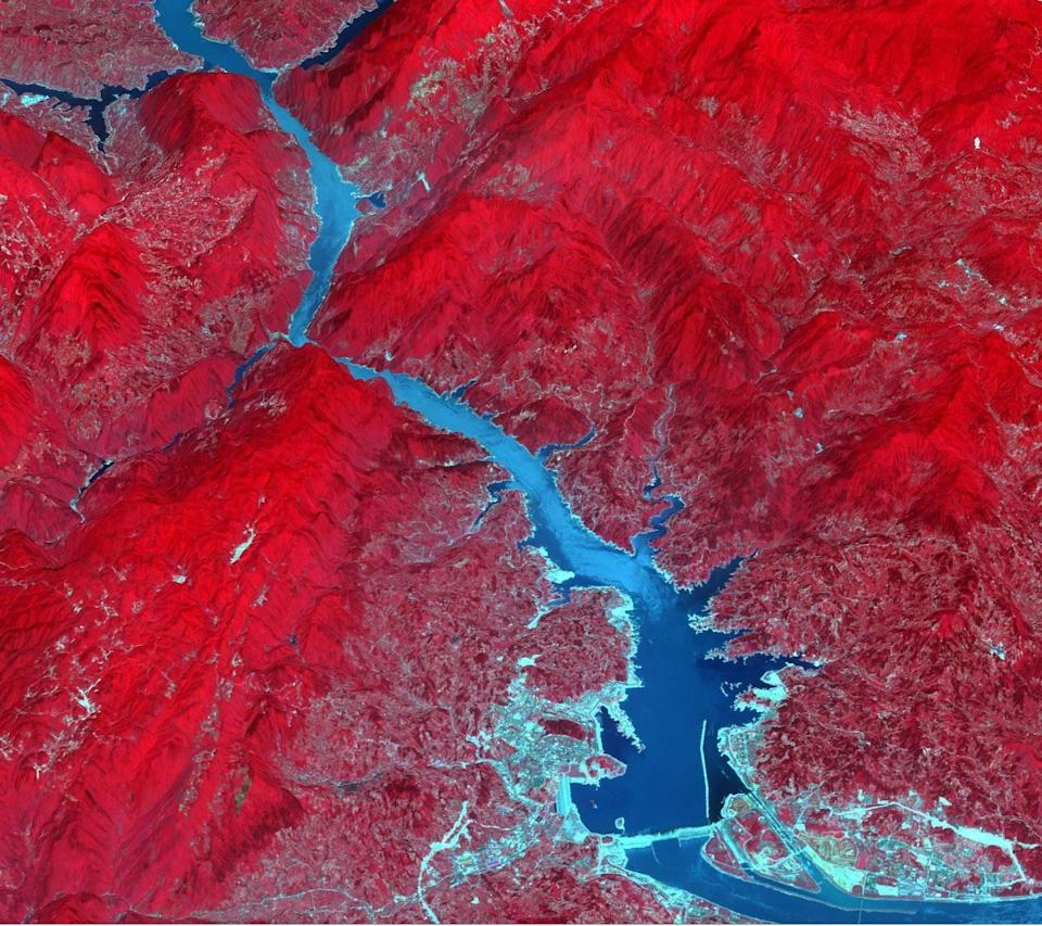 The Three Gorges Dam spans the Yangtze River in east-central China. It's the world's largest power station in terms of installed capacity, with its vast reservoir stretching for 410 miles.