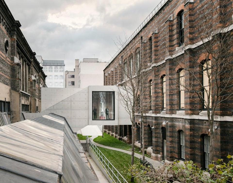 A viewpoint within the walkway between the two period buildings allows the visitor to appreciate the contrasting architectural values at play in each exhibition space (Simon Menges)