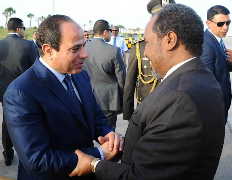 A handout picture made available by the Egyptian presidency shows Egyptian President Abdel Fattah al-Sisi (L) welcoming Somali President Hassan Sheikh Mohamud upon the latter's arrival in the Red Sea resort of Sharm El-Sheikh on March 27, 2015 (AFP Photo/)