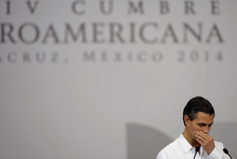 Mexican President Enrique Pena Nieto gestures as he speaks during the closing of the XXIV Ibero-American Summit in the Mexican port city of Veracruz, on December 9, 2014 (AFP Photo/Alfredo Estrella)