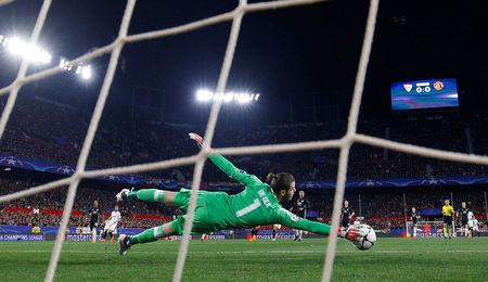 Soccer Football - Champions League Round of 16 First Leg - Sevilla vs Manchester United - Ramon Sanchez Pizjuan, Seville, Spain - February 21, 2018   Manchester United's David De Gea makes a save    REUTERS/Juan Medina