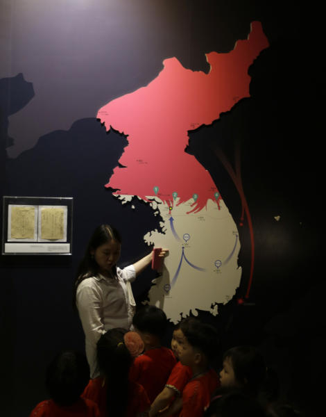 A teacher explains to kindergarten pupils about a map illustrating battle campaigns in the Korean War at the Korea War Memorial Museum in Seoul, South Korea, Friday, June 7, 2013. North Korea on Friday proposed holding low-level government talks with South Korea this weekend as the rivals look to mend ties that have plunged during recent years amid hardline stances by both countries. (AP Photo/Lee Jin-man)