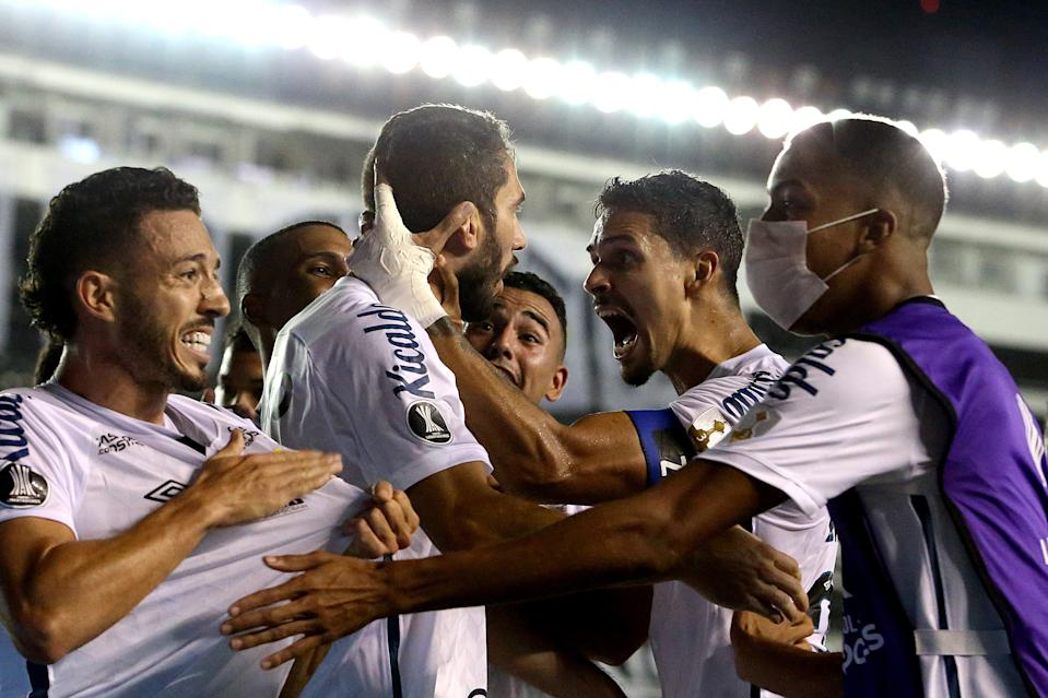 SANTOS, BRAZIL - DECEMBER 16: Laércio of Santos celebrates with teammates after scoring the fourth goal of their team during a quarter final second leg match between Santos and Gremio as part of Copa CONMEBOL Libertadores 2020 at Urbano Caldeira Stadium (Vila Belmiro) on December 16, 2020 in Santos, Brazil. (Photo by Amanda Perobelli-Pool/Getty Images)