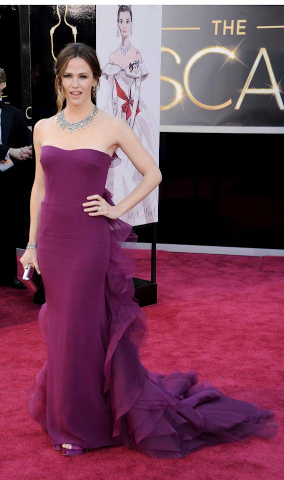 Jennifer Garner looked beautiful in this deep berry Gucci dress at the Oscars.
