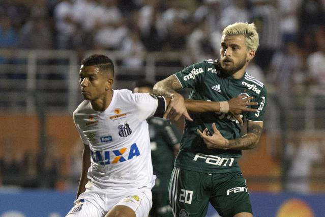 David Braz e Lucas Lima disputam lance no clássico (Daniel Vorley/ Agif/Gazeta Press)