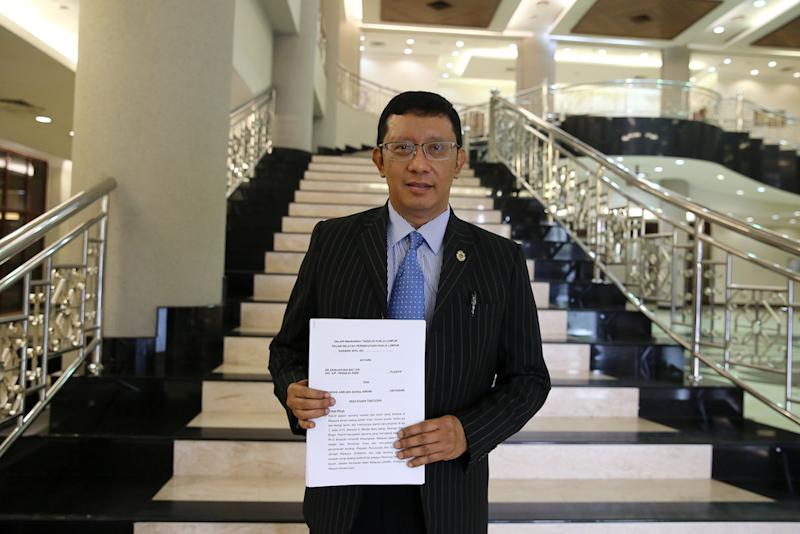 Zamihan Mat Zin's lawyer Datuk Shaharudin Ali holds a copy of the statement of claims in the lobby of the Kuala Lumpur Court Complex July 17, 2019. — Picture by Yusof Mat Isa