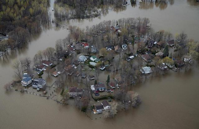 <p>An overhead view showing the flooded residential neighbourhood of Ile Mercier, Quebec, Canada May 8, 2017. (Photo: Christinne Muschi/Reuters) </p>