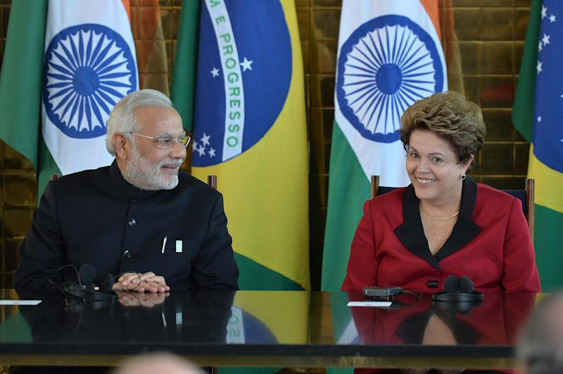 Brazilian President Dilma Rousseff (R) talks with Indian PM Nerendra Modi at the presidential palace in Brasilia, on July 16, 2014 (AFP Photo/Edilson Rodrigues)