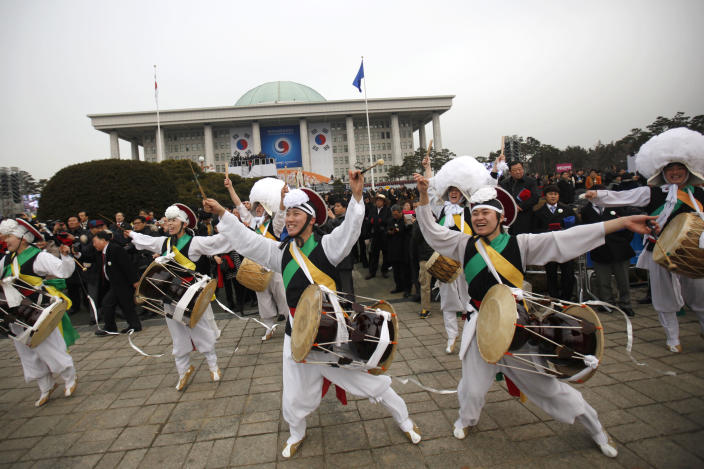 "Members of a ""Samulnori"" dance troupe, or traditional South Korean percussion quartet, perform during the inauguration of South Korea's new President Park Geun-hye, not pictured, at parliament in Seoul, South Korea, Monday, Feb. 25, 2013. Elected in December, Park is believed to be the first Korean woman to rule in a millennium. (AP Photo/Kim Hong-Ji, Pool)"