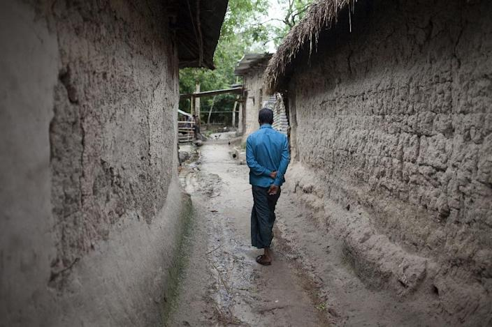 Almost every household in the village of Kalai, 300 km northwest of Bangladeshi capital Dhaka, has someone with a foot-long scar from kidney tranplant operation (AFP Photo/Suvra Kanti Das)