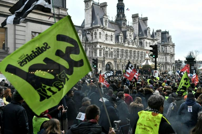 The strike against government pensions reform is on course to surpass the longest transport stoppage in France which lasted for 28 days in 1986 and early 1987 (AFP Photo/STEPHANE DE SAKUTIN)
