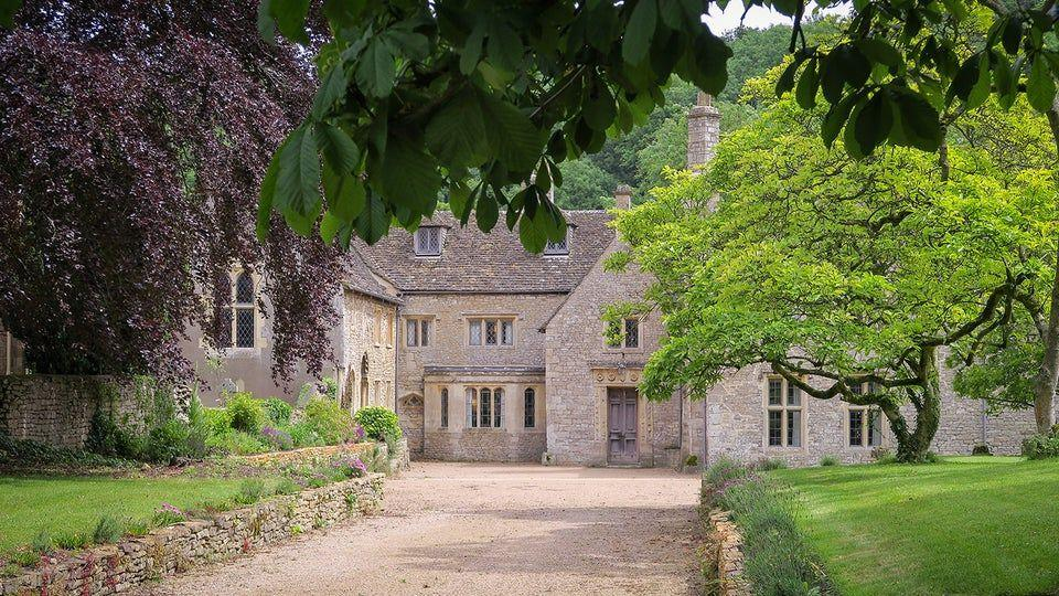 """<p>Step inside this outstanding house owned by the National Trust and you can enjoy all the things you'd expect from a traditional Cotswold pad. There's enough room for 10, making it the ideal rental for families or a group of friends.</p><p>Inside, it's grand yet homely and relaxing, with glorious panelling and views of the lovely gardens from the floor-to-ceiling windows. A grade I listed manor house on the edge of the Cotswolds and close to Bath, Horton Court has starred in period dramas Wolf Hall and Poldark, too.</p><p><strong>From £1182 for three nights</strong>.</p><p><a class=""""body-btn-link"""" href=""""https://go.redirectingat.com?id=127X1599956&url=https%3A%2F%2Fwww.nationaltrust.org.uk%2Fholidays%2Fhorton-court-south-gloucestershire&sref=https%3A%2F%2Fwww.harpersbazaar.com%2Fuk%2Ftravel%2Fg33790239%2Fcotswold-weekend-breaks%2F"""" target=""""_blank"""">SEE INSIDE</a></p>"""