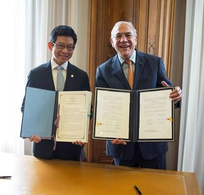 Dr. Kobsak Pootrakool, Minister Attached to Prime Minister's Office, and Mr. Angel Gurria, Secretary-General of the OECD, at the MoU signing ceremony on the Thailand Country Programme during the OECD Ministerial Council Meeting in Paris on 31 May 2018