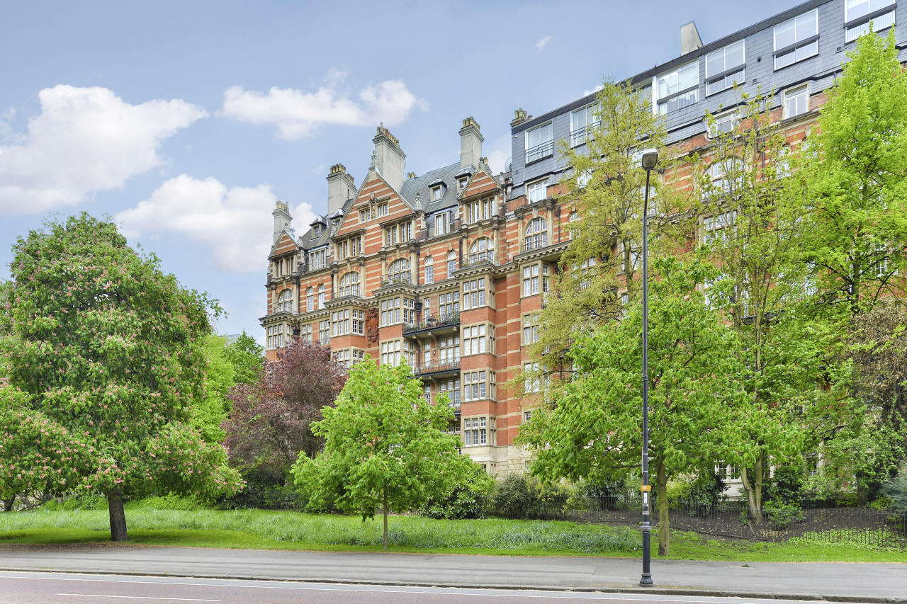 <p>The family's army of staff will stay in an £8 million apartment in Parkside, overlooking Hyde Park. </p>