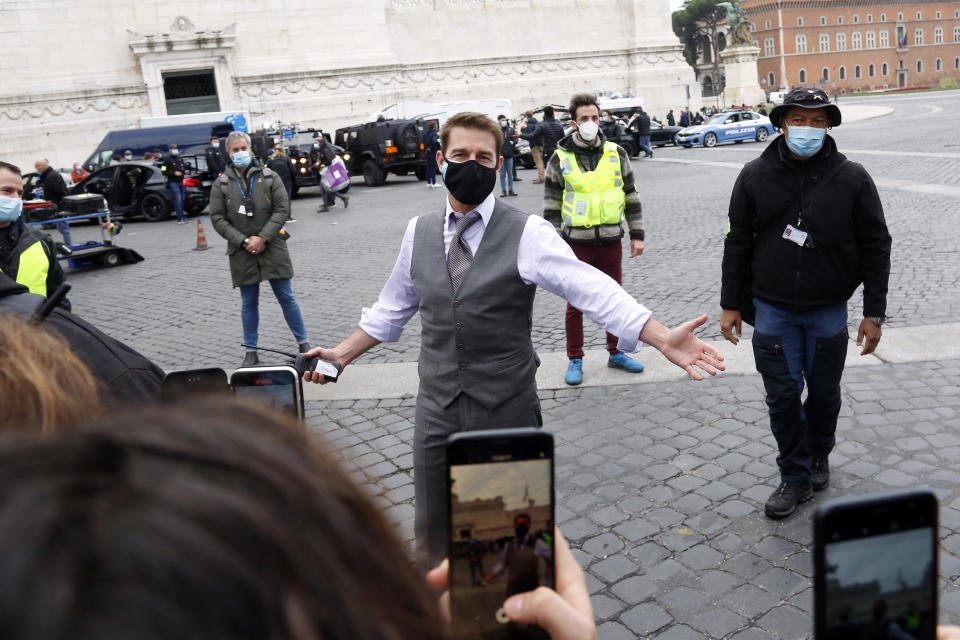Actor Tom Cruise talking and making selfie with his fans during a pause on the set of the film Mission Impossible 7 in Piazza Venezia, just in front of the Victor Emmanuel II Monument (Tomb of the Unknown Soldier). Rome (Italy), November 29th 2020 Photo Samantha Zucchi /Insidefoto/Sipa USA)