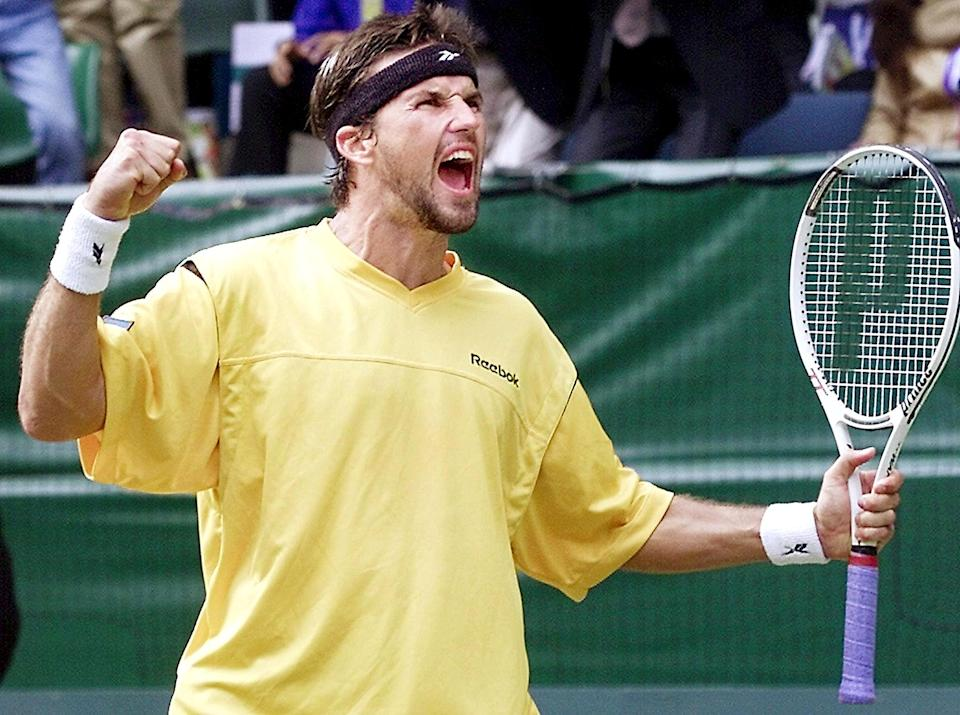 Pat Rafter punches the air in jubiliation after defeating Sebastien Grosjean of France during the Davis Cup final, in Melbourne, on November 30, 2001 (AFP Photo/William West)