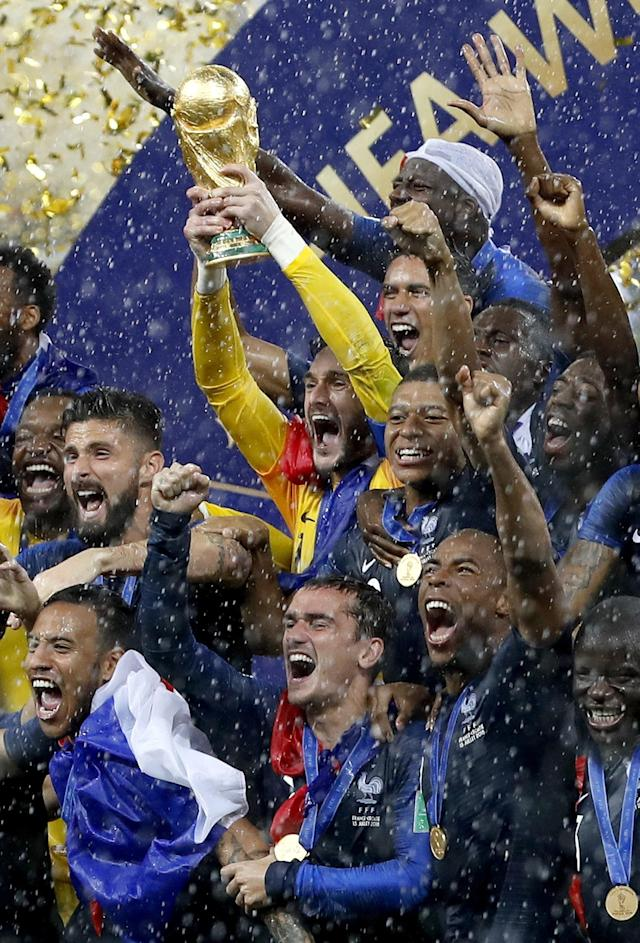 Moscow (Russian Federation), 15/07/2018.- Goalkeeper Hugo Lloris of France lifts the World Cup trophy among teammates after the FIFA World Cup 2018 final between France and Croatia in Moscow, Russia, 15 July 2018. France won the match 4-2. (RESTRICTIONS APPLY: Editorial Use Only, not used in association with any commercial entity - Images must not be used in any form of alert service or push service of any kind including via mobile alert services, downloads to mobile devices or MMS messaging - Images must appear as still images and must not emulate match action video footage - No alteration is made to, and no text or image is superimposed over, any published image which: (a) intentionally obscures or removes a sponsor identification image; or (b) adds or overlays the commercial identification of any third party which is not officially associated with the FIFA World Cup) (Croacia, Mundial de Fútbol, Moscú, Rusia, Francia) EFE/EPA/FELIPE TRUEBA EDITORIAL USE ONLY