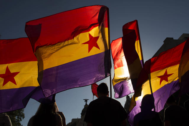 <p>Protesters demanding a referendum march with republican flags during a demonstration against the Spanish monarchy in Madrid, June 7, 2014. (AP Photo/Andres Kudacki) </p>