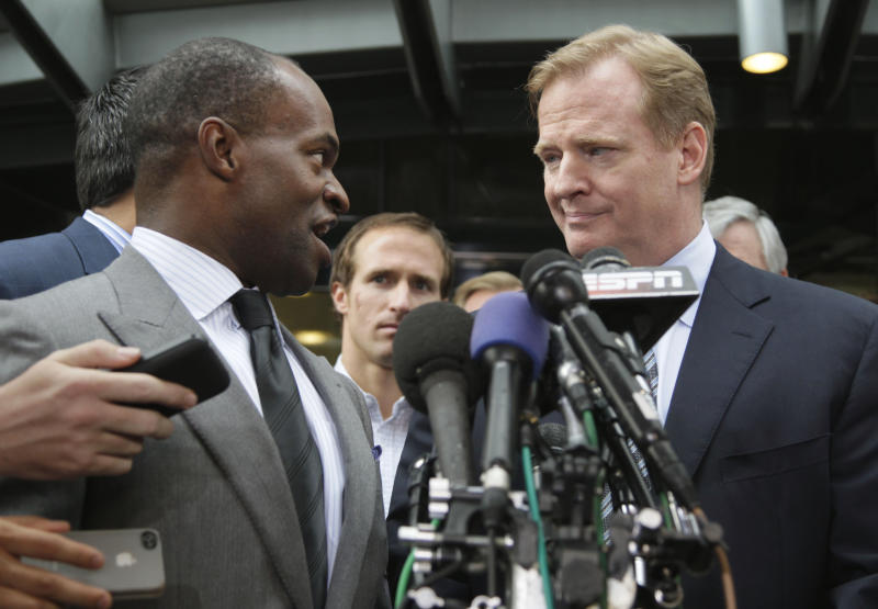 NFLPA Executive Director DeMaurice Smith, left, and NFL football Commissioner Roger Goodell take part in a news conference at the NFL Players Association in Washington, Monday, July 25, 2011, after the NFL Players Association executive board and 32 team reps voted unanimously to approve the terms of a deal with owners to the end the 4½-month lockout.  (AP Photo/Carolyn Kaster)