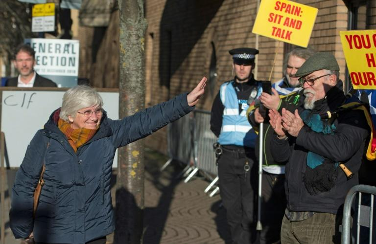 Demonstrators holding Catalan and Scottish independence flags greeted former Catalan education minister Clara Ponsati as she arrived to hand herself in at an Edinburgh police station