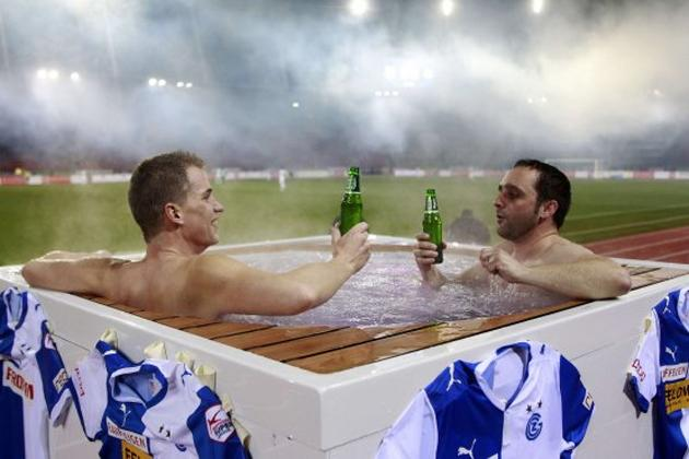 Christoph regretted wearing no shorts once the stadium filled up (tageswoche.ch)