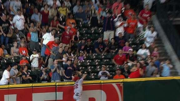 Josh Hamilton goes above and beyond to rob Matt Dominguez of home run
