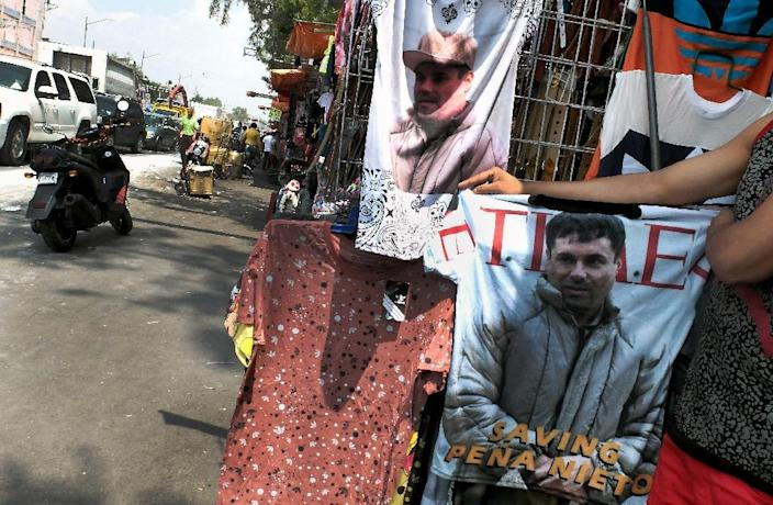 "A vendor shows a t-shirt with the face of Joaquin ""El Chapo"" Guzman Loera for sale in the popular and dangerous Tepito neighborhood in Mexico City on July 20, 2015 (AFP Photo/Alfredo Estrella)"