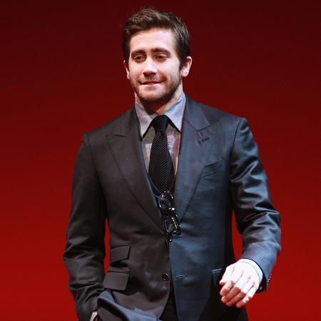 Jake Gyllenhaal relaxes gym routine