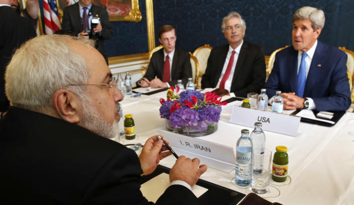 Iran's Foreign Minister Javad Zarif (L) holds a bilateral meeting with US Secretary of State John Kerry (R) on the second straight day of talks over Tehran's nuclear program in Vienna, on July 14, 2014 (AFP Photo/Jim Bourg)