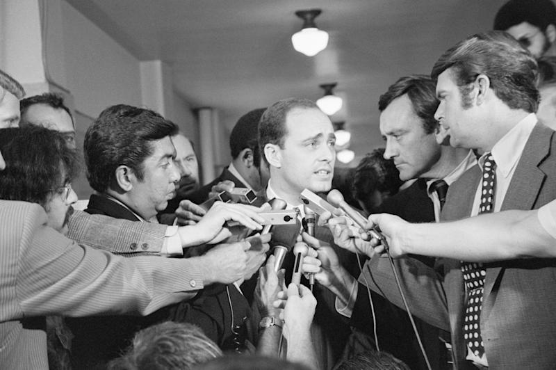 A crowd of reporters surround Los Angeles prosecutor Vincent Bugliosi as he leaves the courtroom in the trial of Charles Manson. (Bettmann via Getty Images)