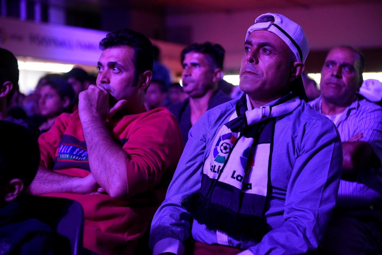 "Refugees and migrants watch a screening of Spanish first division ""El Clasico"" soccer match between Real Madrid and Barcelona, in the northern city of Thessaloniki, Greece April 23, 2017. REUTERS/Alexandros Avramidis"