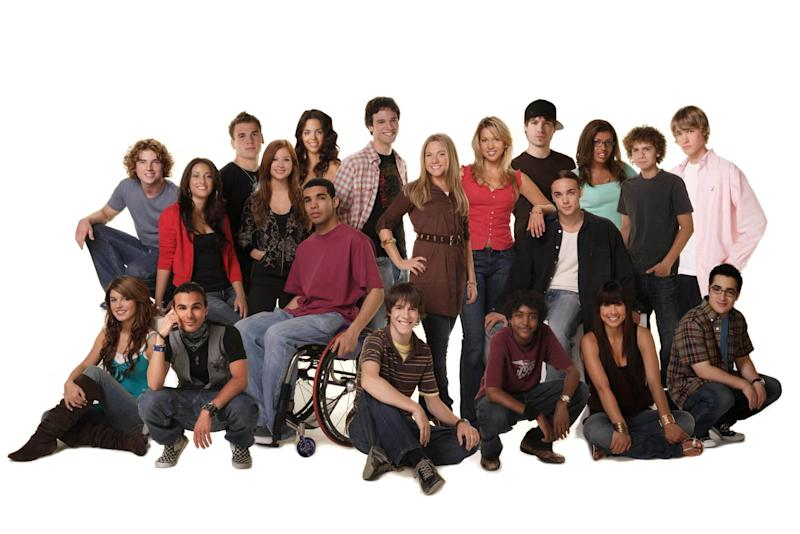 DEGRASSI: THE NEXT GENERATION, cast portrait, 2001-2007, CATV / courtesy Everett Collection