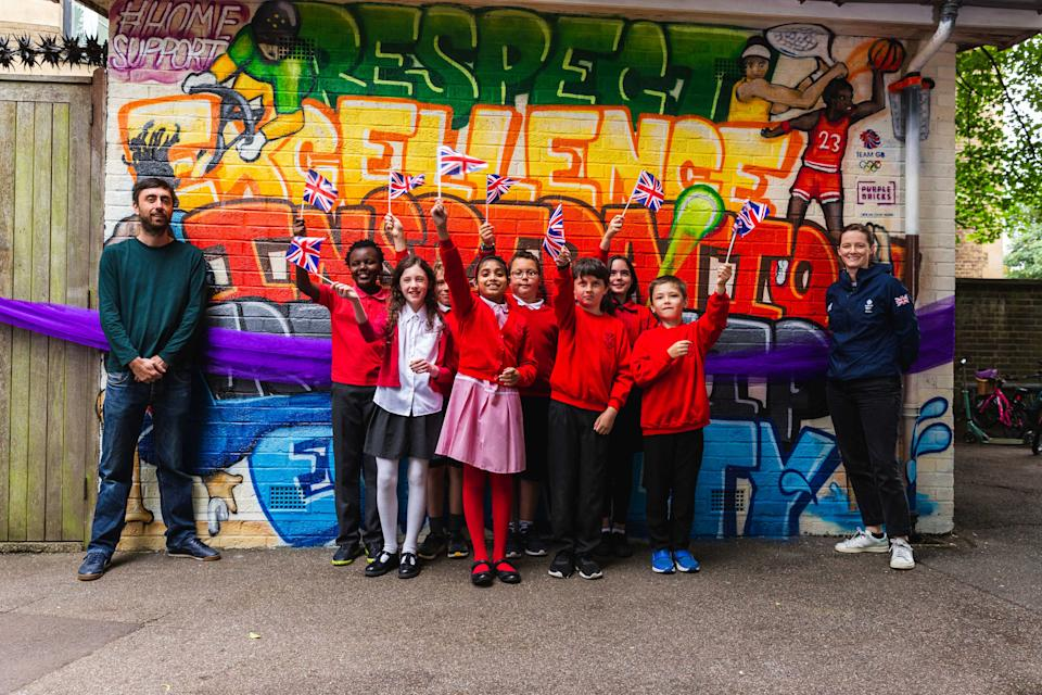 Richardson Walsh and artist Ben Martin celebrate the Purplebricks mural for Team GB with primary school kids in Cambridge